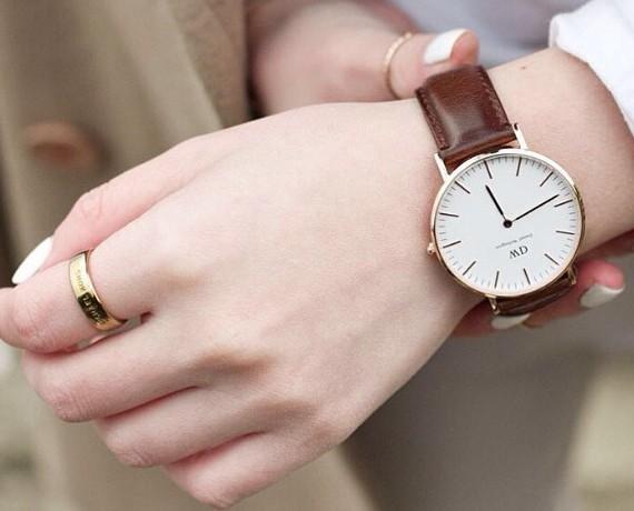 Đồng hồ dây da nữ DW với thiết kế tối giản tinh tế phù hợp với mọi độ tuổi